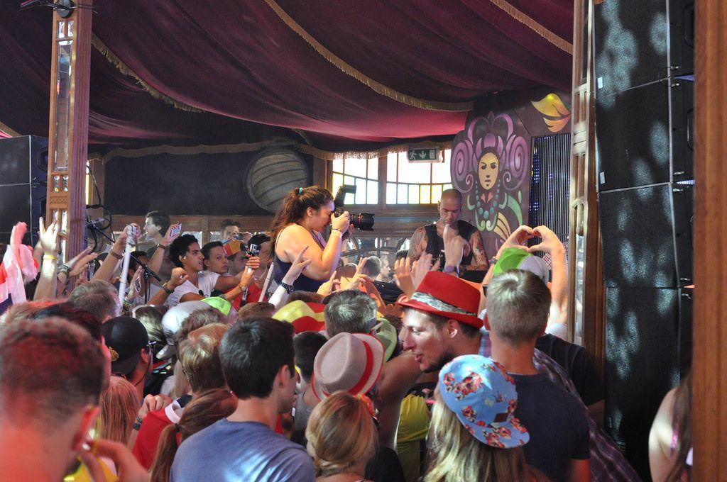 Stage Fotografin geht näher heran - Musikfestival Tomorrowland 2014