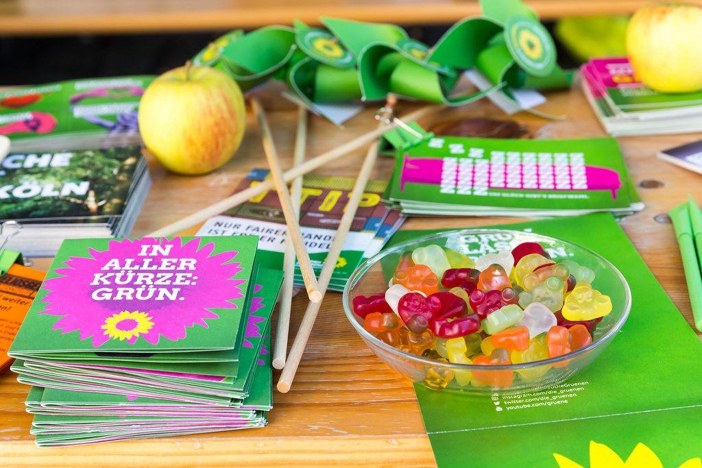 Stand von Bündnis 90/Die Grünen - Wahlprogramm und Gummibärchen