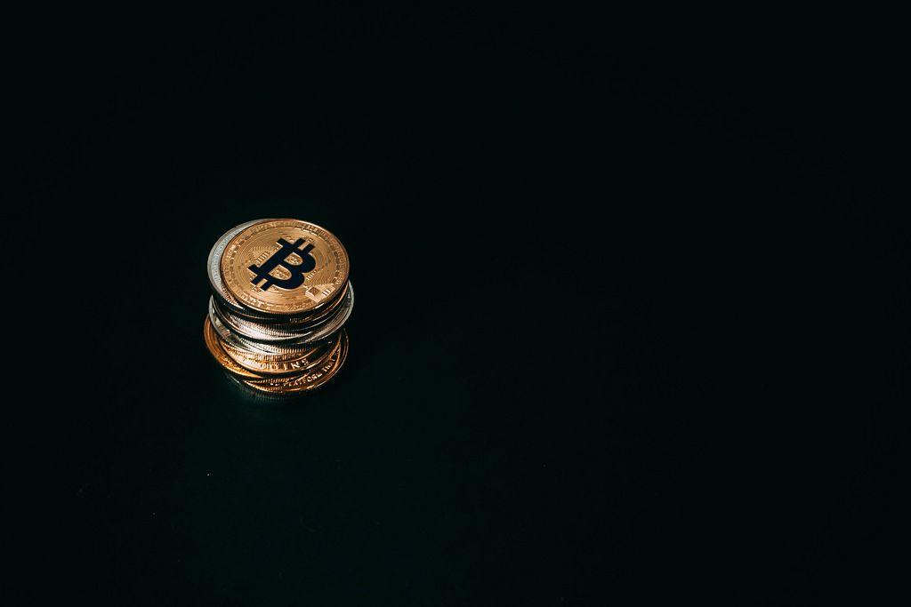 Stapel von Bitcoin Münzen vor schwarzem Hintergrund