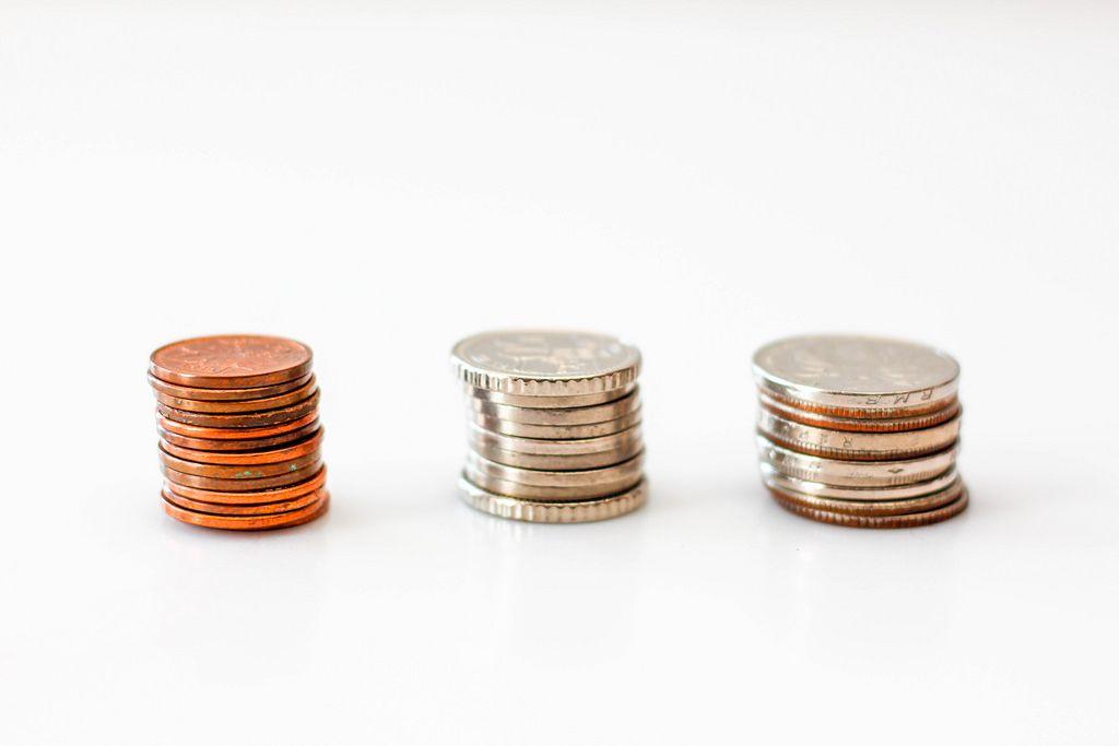 Stapel von Münzen vor weißem Hintergrund