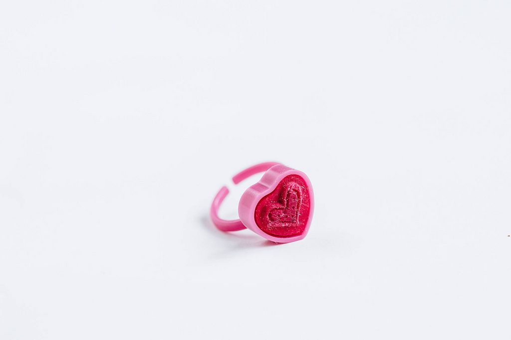 Stempel-Ring in Form eines Herzen. Kinderspielzeug