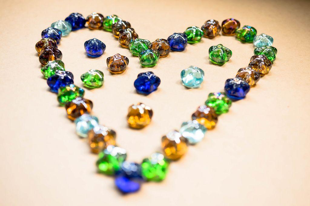 Sternenförmige Schmucksteine bilden ein Herz