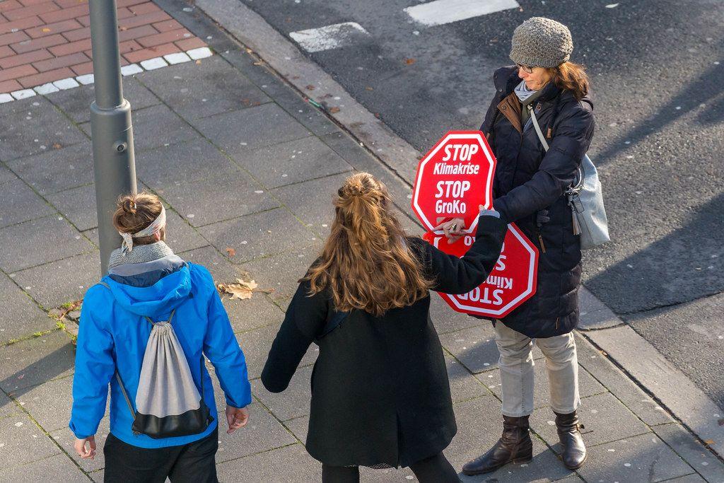 Stop Klimakrise - Stop GroKo Stopschilder werden verteilt um ein Zeichen zu setzen