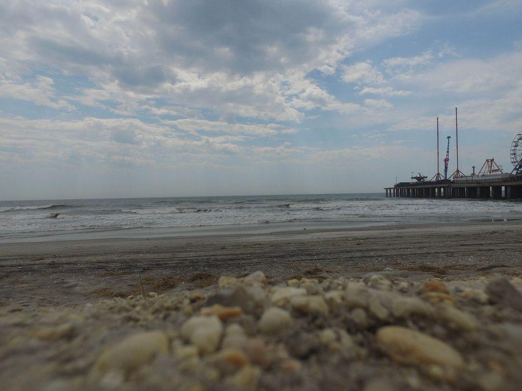 Strand neben dem Vergnügungspark Steel Pier in Atlantic City, USA