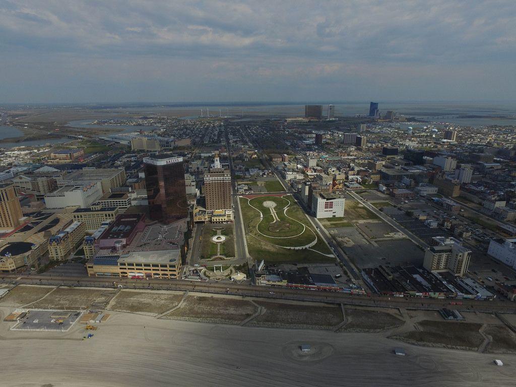 Strand und Skyline von Atlantic City mit Bally's und The Claridge (Drohnenfoto), USA