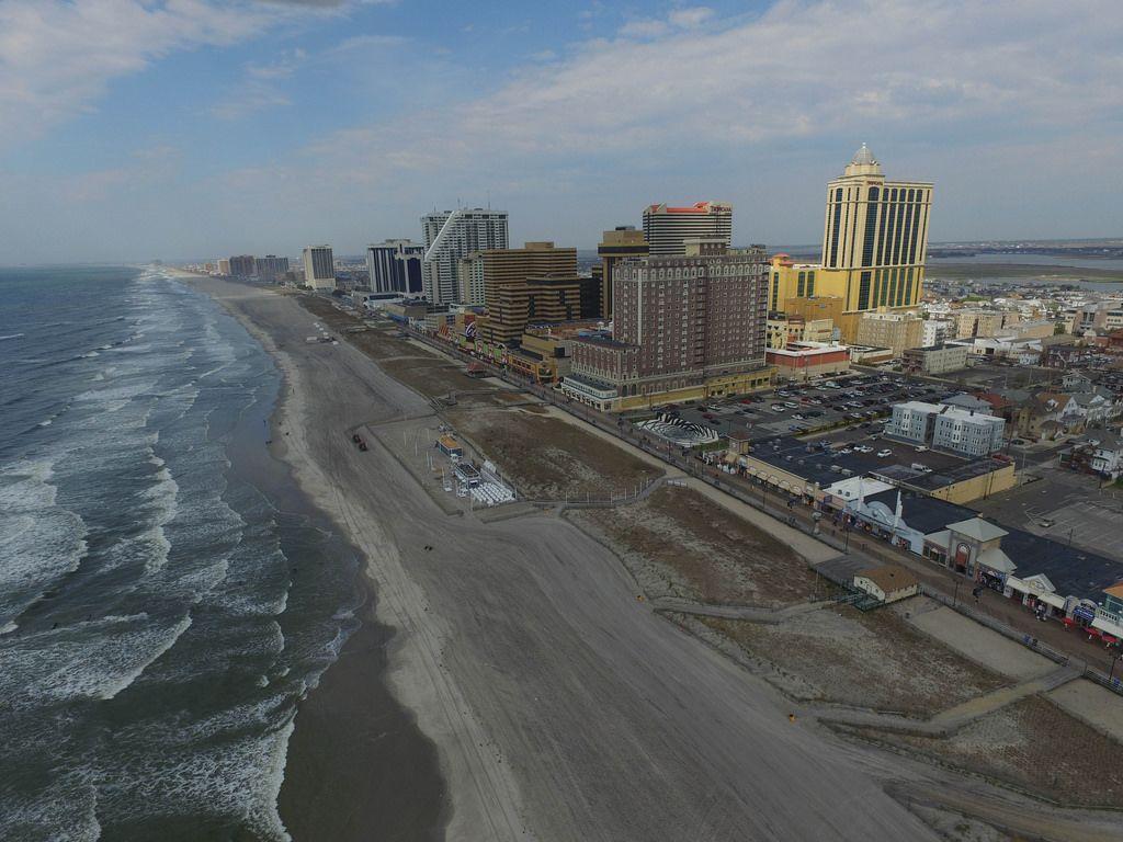 Strand und Skyline von Atlantic City mit Boogie Nights und Tropicana (Drohnenfoto), USA