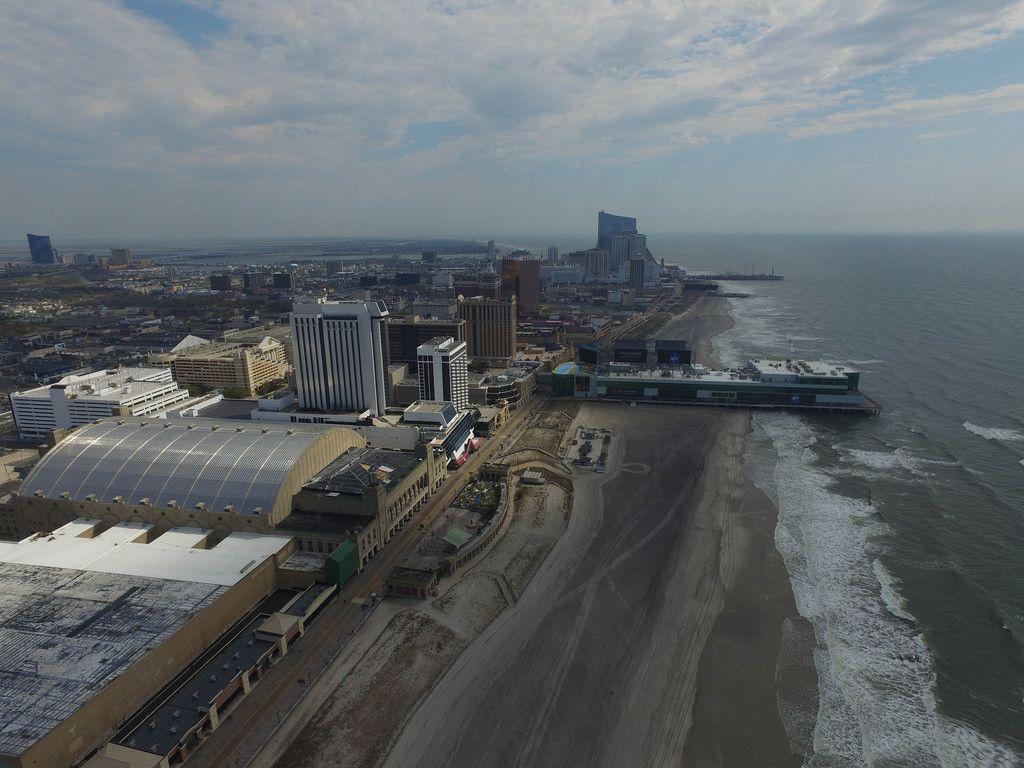 Strand und Skyline von Atlantic City mit Playground Shopping Mall und Caesars Casino Hotel (Drohnenfoto), USA
