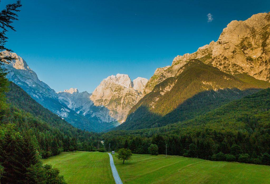 Straße zwischen den Bergen