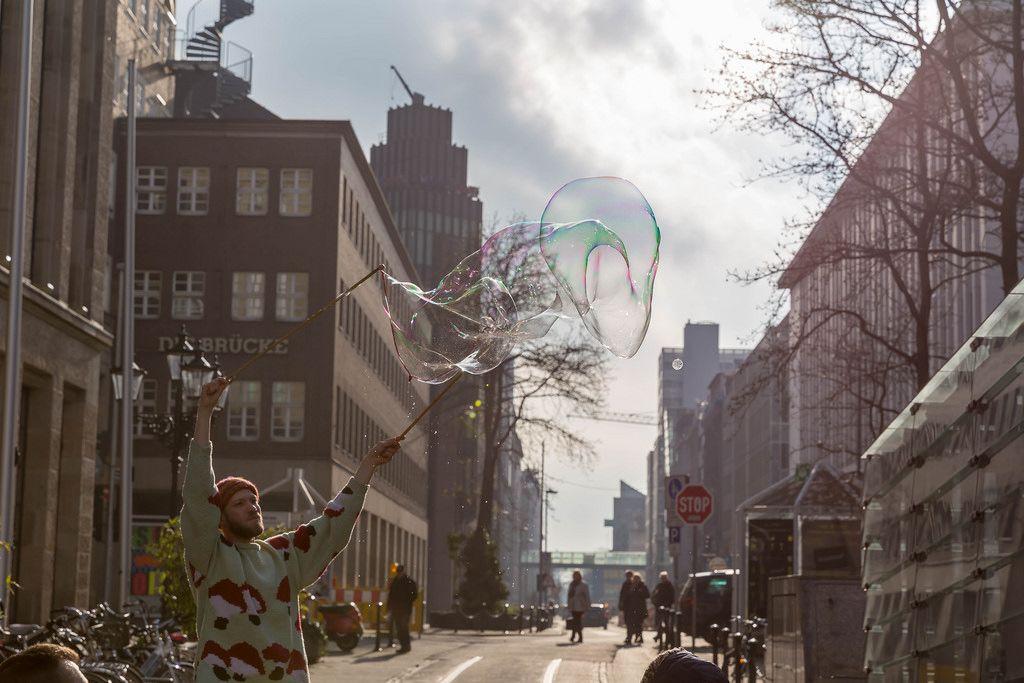 Straßenkünstler macht eine riesige Seifenblase