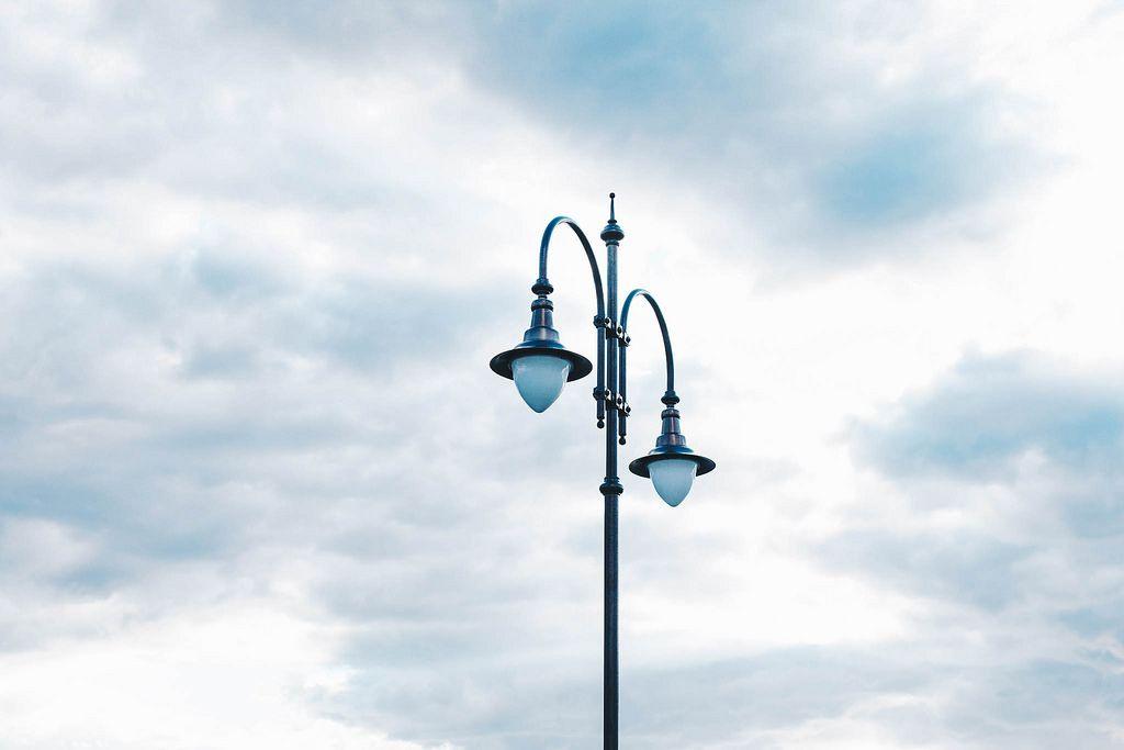 Straßenlaterne mit Himmel im Hintergrund