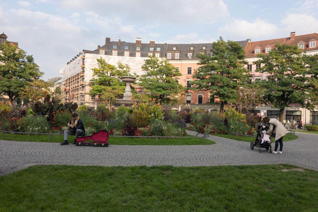 Straßenmusiker in einem Park in München