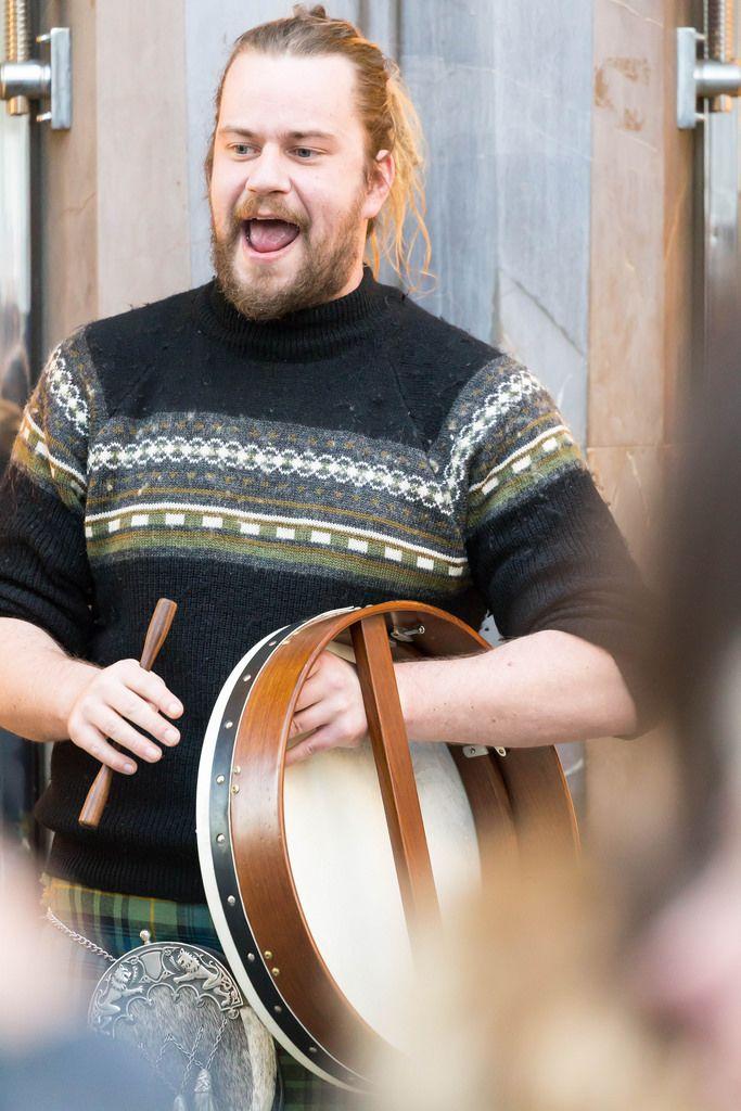 Straßenmusiker mit einem Kilt bekleidet