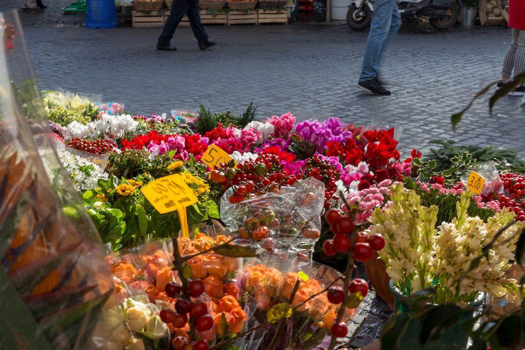 Sträuße schöner Blumen bei einem Blumenhändler auf dem Markt in Rom