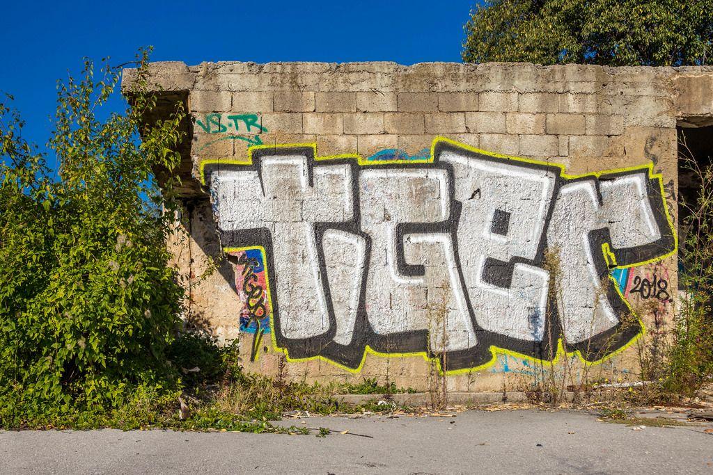 Street Art - Graffiti an der Wand eines verlassenen Gebäudes