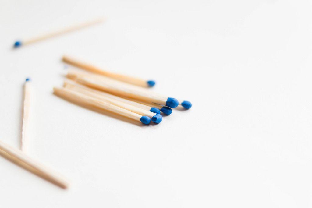 Streichhölzer mit blauem Kopf