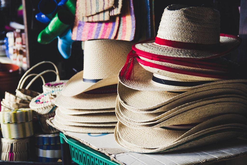Strohhüte werden auf dem Markt verkauft