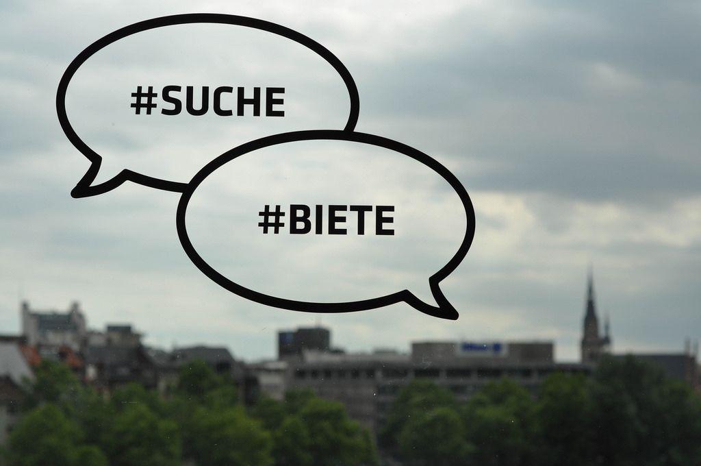 Suche und Biete Hashtags auf einer Glasscheibe