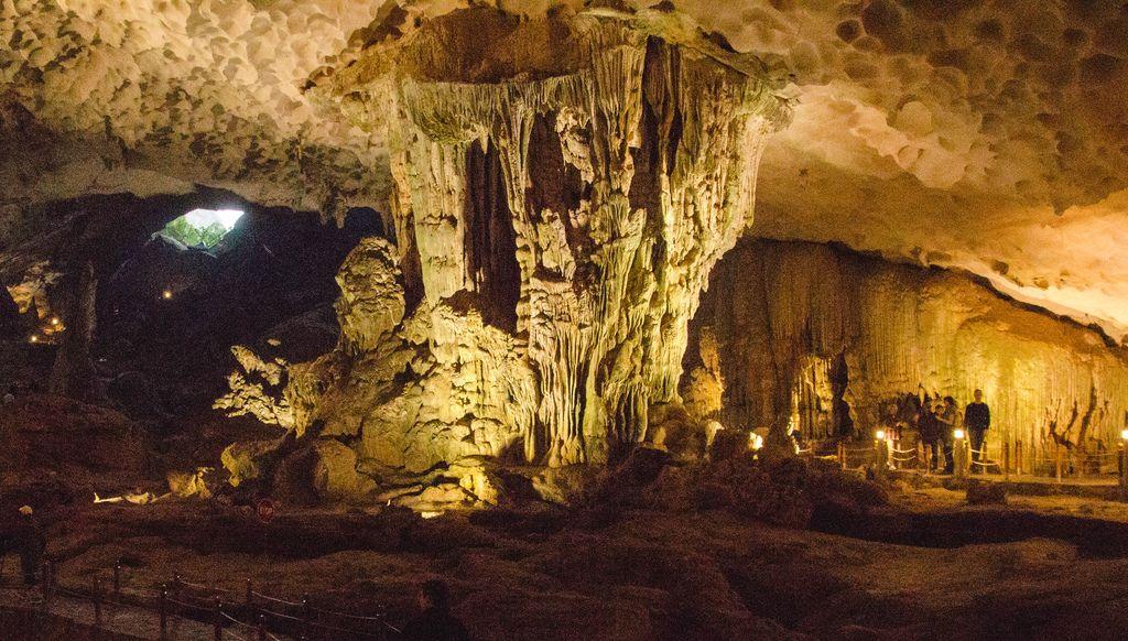 Sung Sot Cave Höhle in Vietnam, Halong Bay, wird auch Höhle der Überraschug genannt