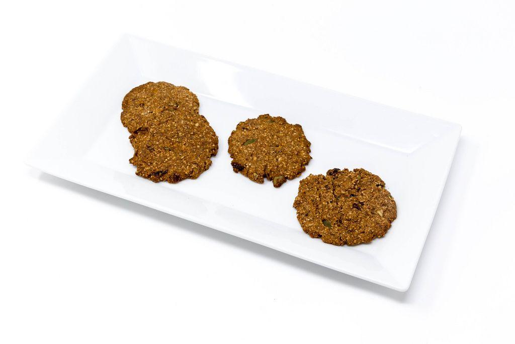 Superfood Bakery - Glow Makers Cookies auf weißem Teller