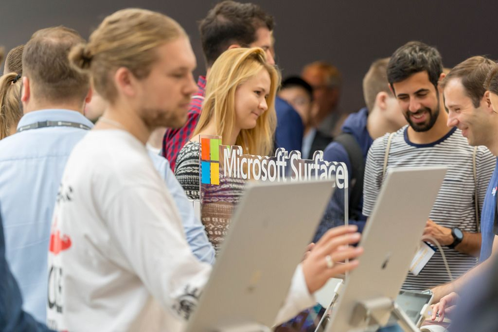 Surface Geräte am Messestand von Microsoft
