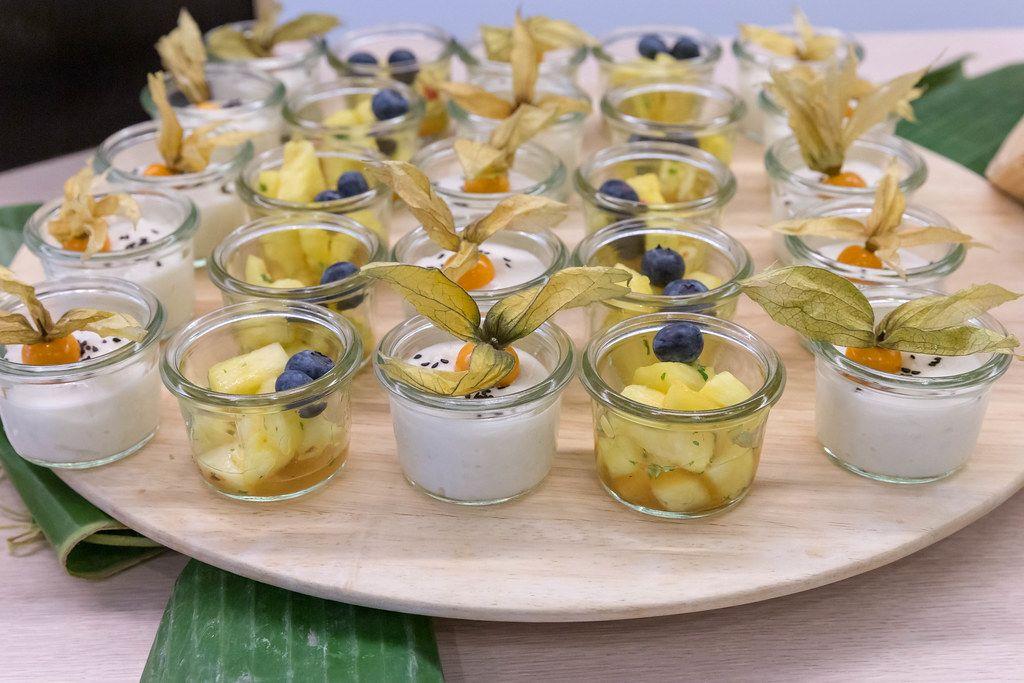 Süßer Klebereis mit Kokosmilch und Sesam oder wahlweise marinierte Ananas mit Blaubeere, süß-sauer beim OMWest Barcamp von AXA in Köln