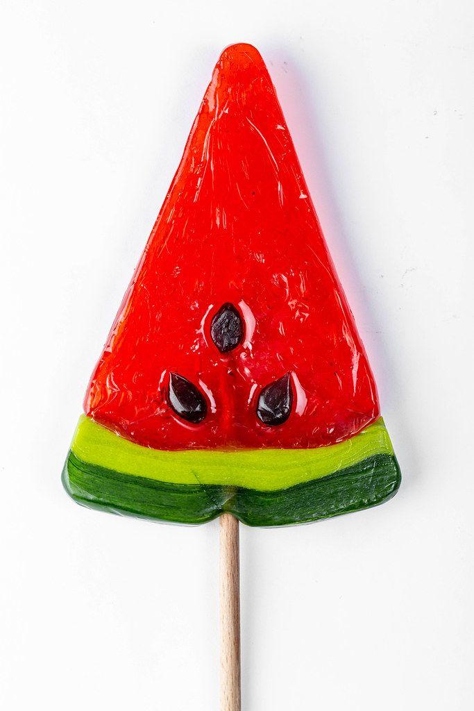 Süßigkeiten-Lutscher in Form einer Wassermelone, auf einem Holzspieß