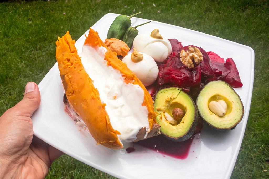 Süßkartoffel gebacken mit Quark, Rote Bete, Avocado und Eiern