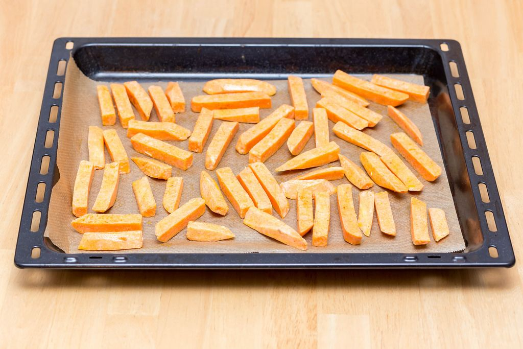 Süßkartoffelpommes vor dem Backen