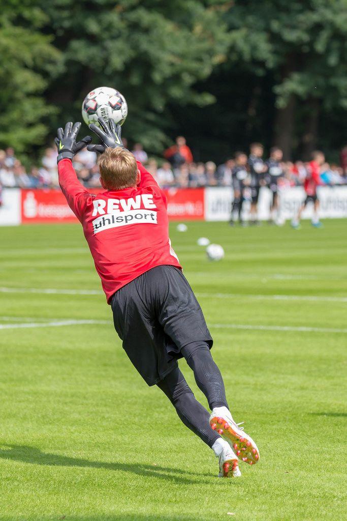 Sven Müller wehrt den Ball ab