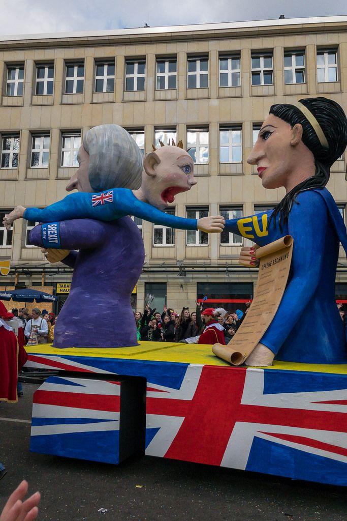 T. May zerrt das Vereinigte Königreich in Gestalt eines Babys von der Mutter EU weg - Kölner Karneval 2018