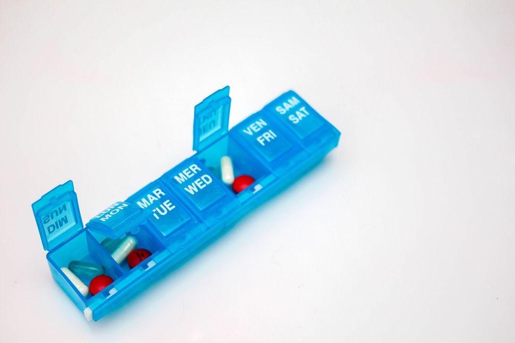 Tablettenbox mit Tabletten für eine Woche