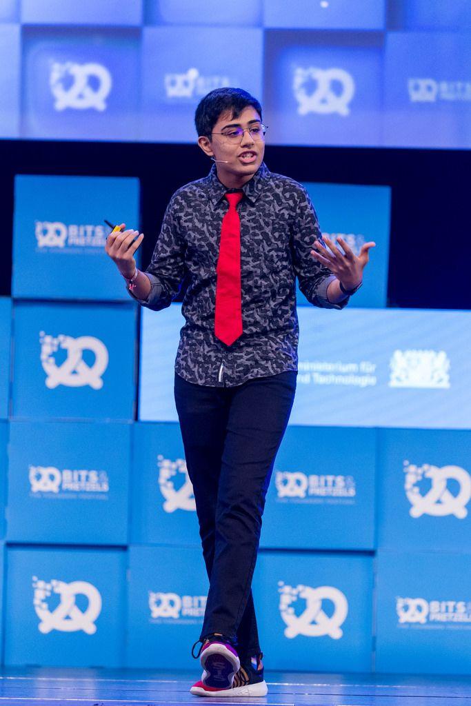 Tanmay Bakshi gestikuliert bei Rede