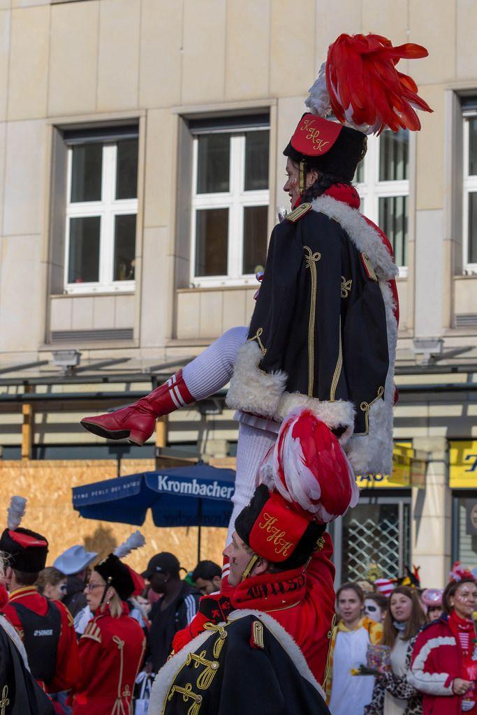 Tanztruppe des Kölner Husaren-Korps von 1972 beim Rosenmontagszug - Kölner Karneval 2018