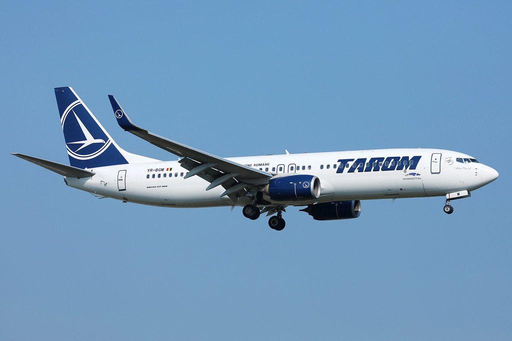 Tarom Flugzeug in der Luft vor blauem Himmel