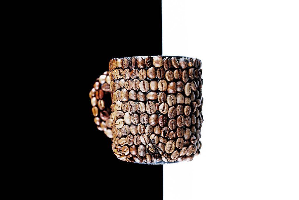 Tasse aus Kaffeebohnen auf schwarz weißem Hintergrund