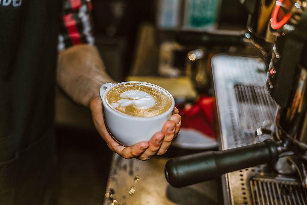 Tasse mit frischem Latte