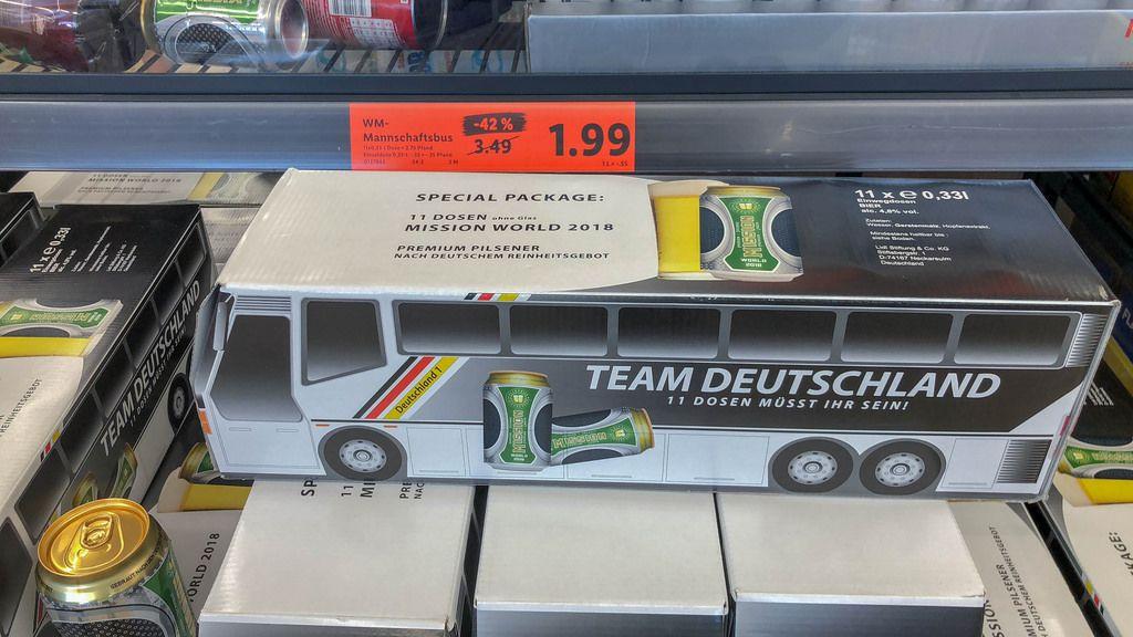 Team Deutschland: Elf Bierdosen in einer Schachtel in Form des Buses der deutschen Fußball-Nationalmannschaft