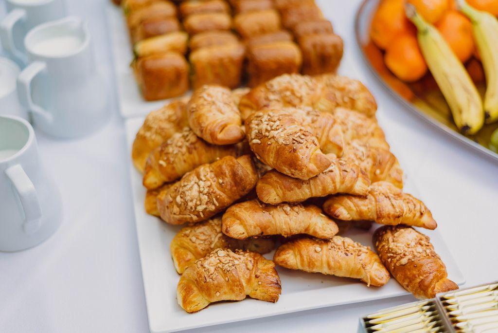Teller mit frisch gebackenen Croissants