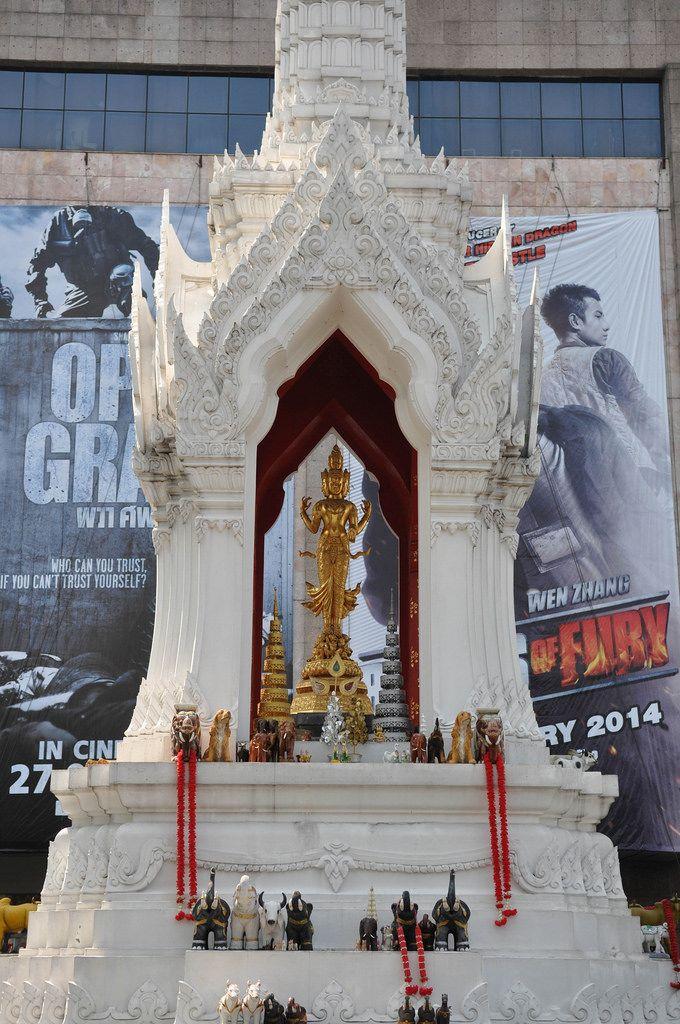 Tempel mit Opfergaben mitten in der Stadt - Thailand