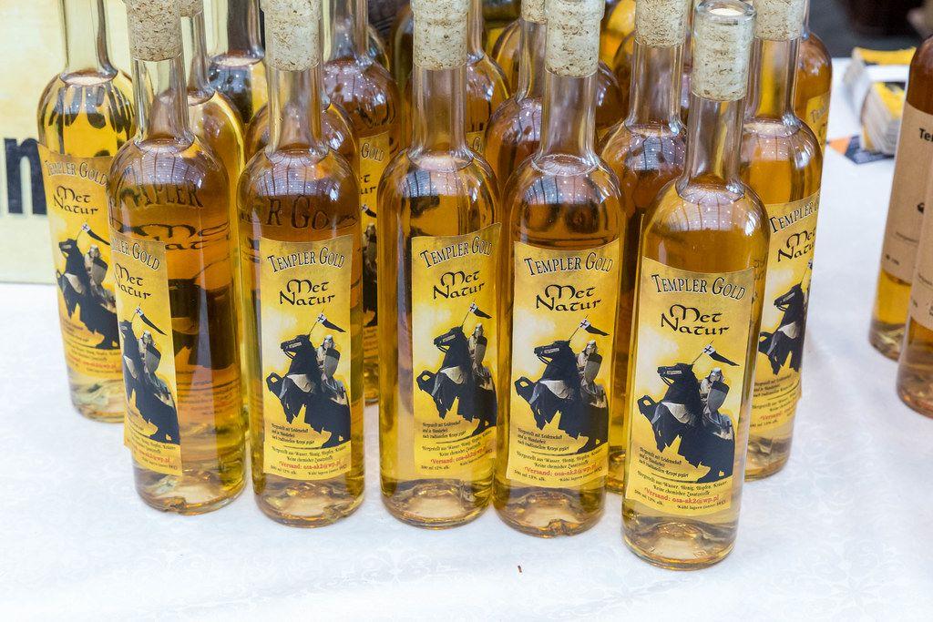 Templer Gold Met Natur Flaschen ausgestellt zum Verkauf