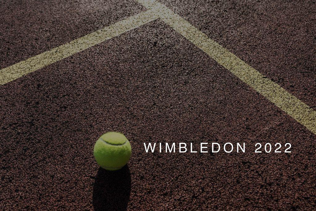 Tennisball liegt auf der Spielfläche eines Tennisplatz neben dem Namen des Londoner Sportevents