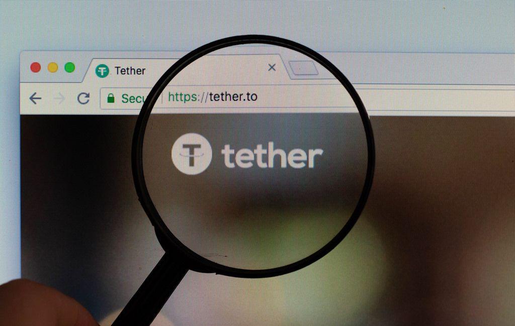 Tether-Logo am PC-Monitor, durch eine Lupe fotografiert