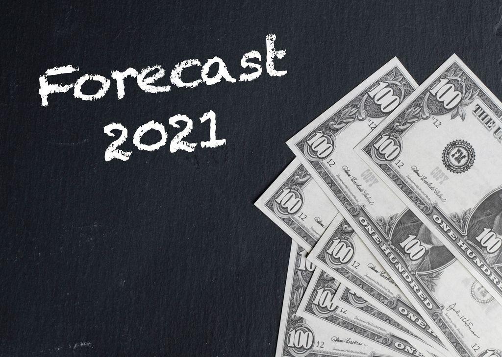 Text FORECAST 2021 (Prognose 2021) neben Dollarnoten auf schwarzem Hintergrund
