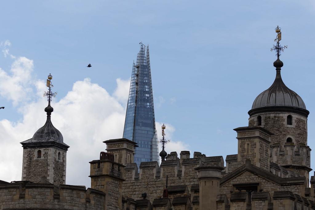 The Tower of London mit The Shard im Hintergrund