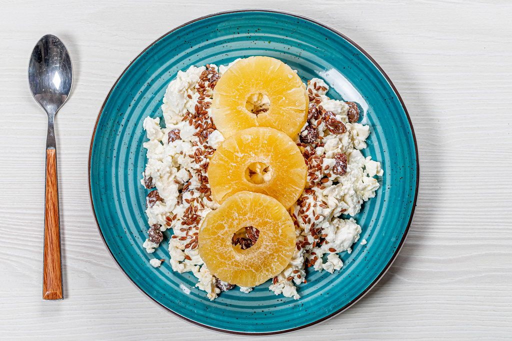 The view from the top the cottage cheese with raisins, flax seeds and dried pineapple rings (Flip 2019)