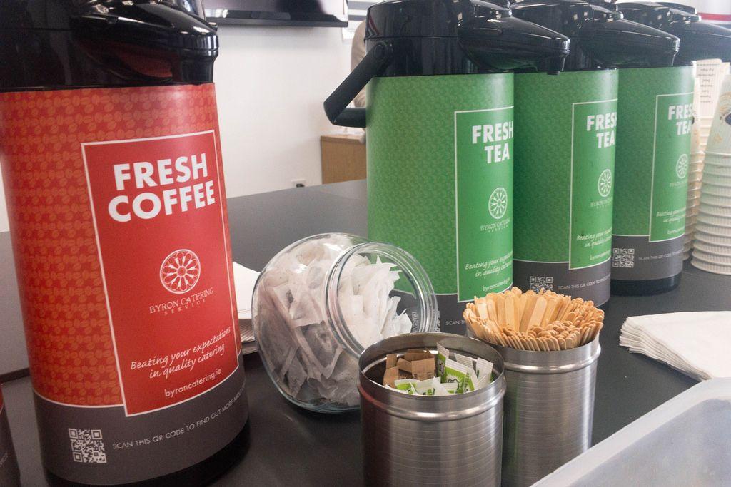 Thermoskannen mit Kaffee und Tee