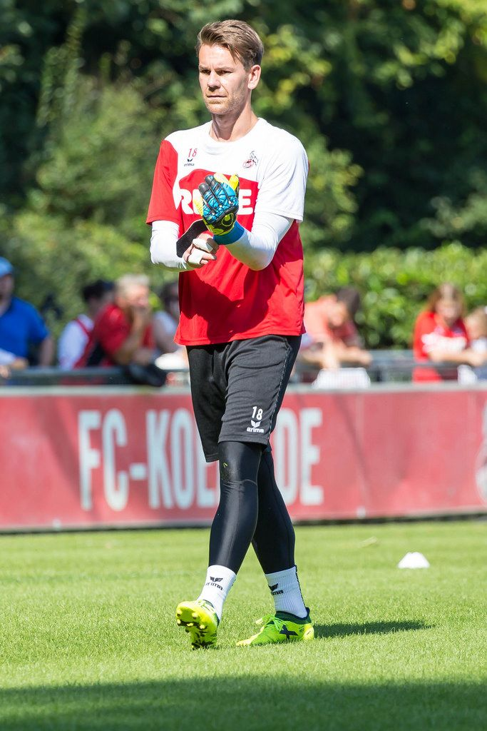Thomas Kessler putting his gloves on, as training is about to begin - 1. FC Köln