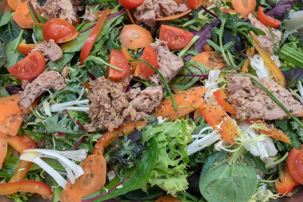 Thunfischsalat mit Karotten, Rukola, Feldsalat, Tomaten