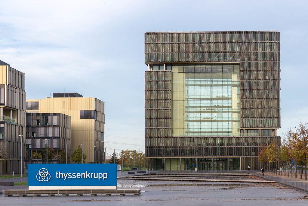 Thyssen Krupp Hauptgebäude mit Logo im Vordergrund: moderne Architektur in Essen