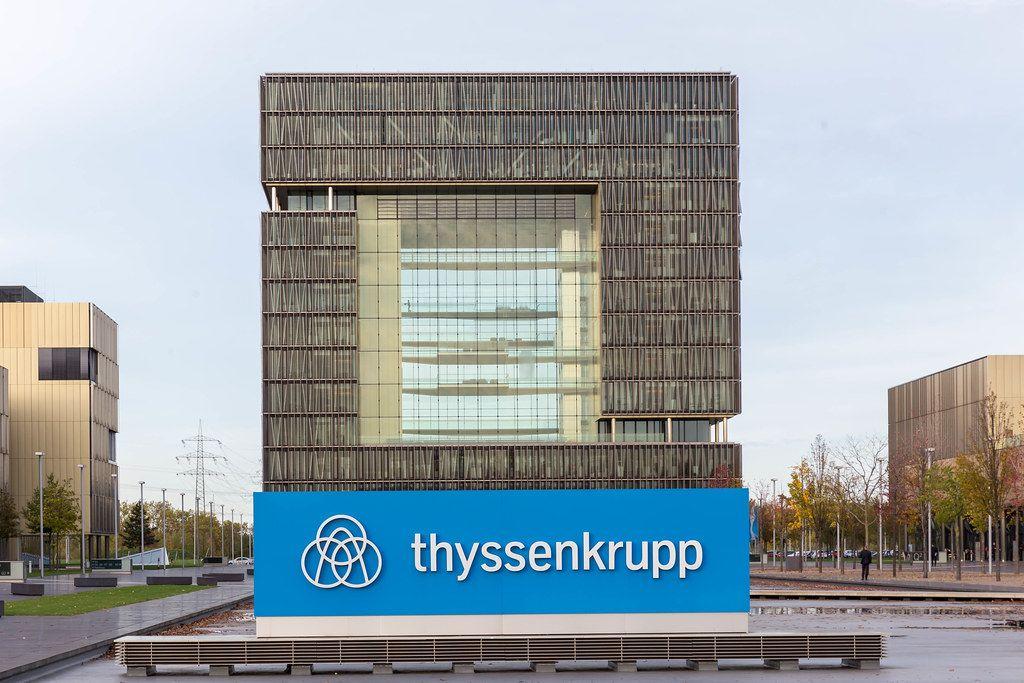Thyssenkrupp im Herzen Essens: das Hauptgeäude in der Frontal Perspektive